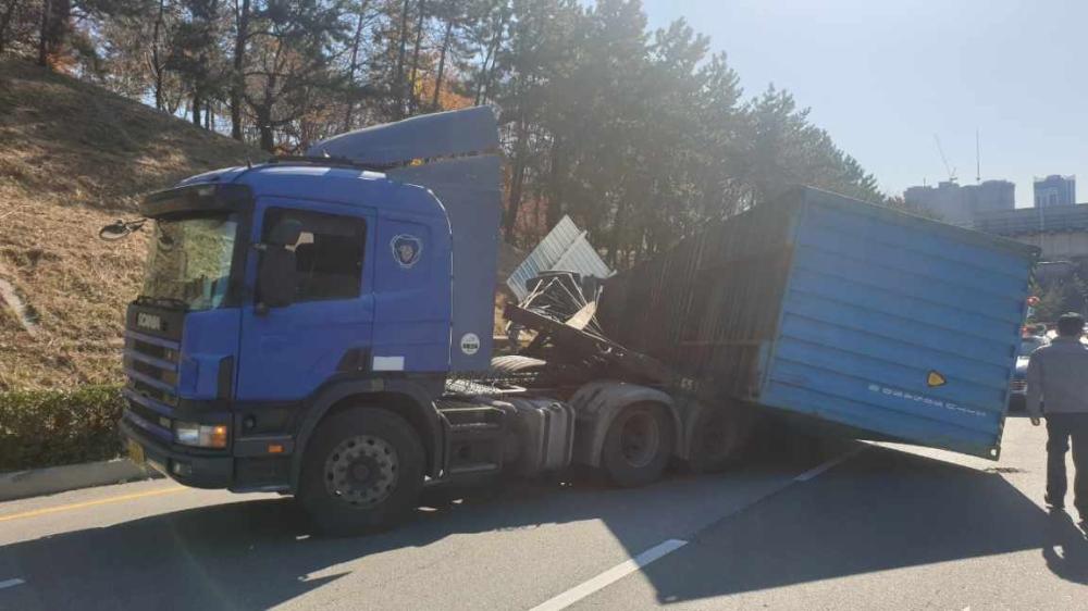 트레일러 차량에 실린 컨테이너가 도로 덮쳐 후방 정체